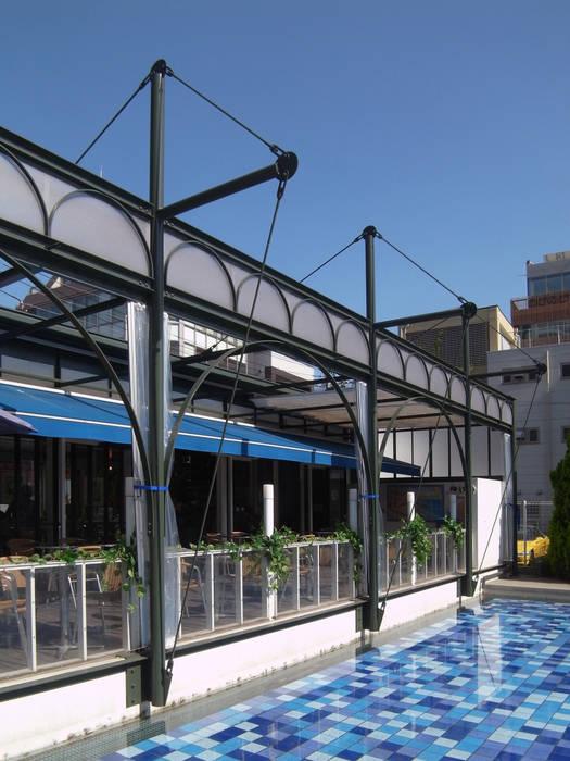 Cafeテラスとテントフレーム モダンな 家 の ユミラ建築設計室 モダン
