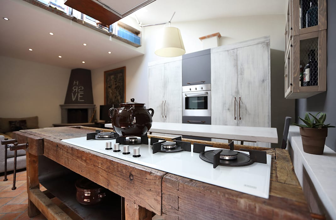 Old carpenters table becomes the star of this kitchen Soggiorno in stile industriale di Rachele Biancalani Studio Industrial
