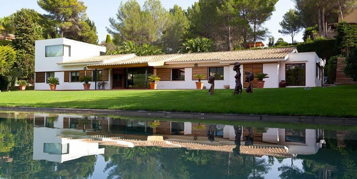 PROPIEDADES ÚNICAS EN MALLORCA: Casas de estilo  de LIVE PROPERTIES