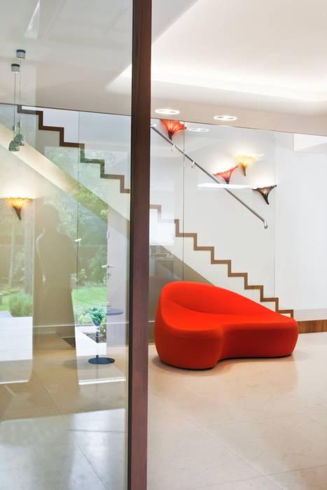 Couloir et hall d'entrée de style  par Zbigniew Tomaszczyk  Decorum Architekci Sp z o.o.,