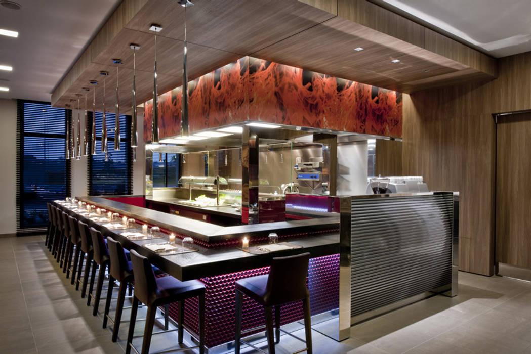 THotel Brescia, show kitchen: Hotel in stile  di Studio Simonetti