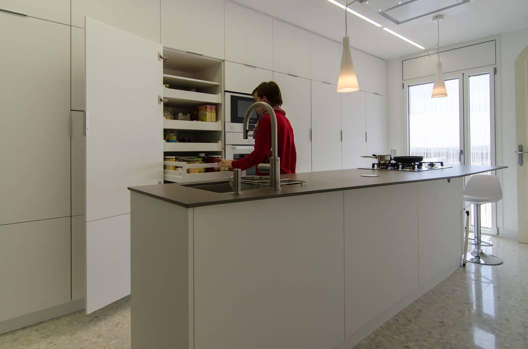 Cocina con isla Cocinas de estilo moderno de Trestrastos Moderno