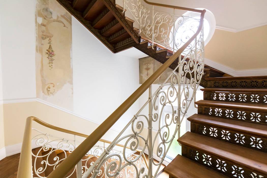 Treppenhaus der Villa Viktoria Wohnwert Innenarchitektur Flur, Diele & TreppenhausTreppen