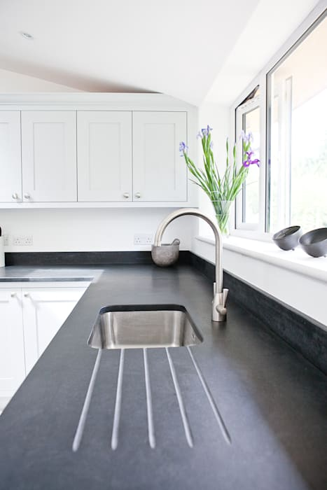 Honed black granite homify Cocinas de estilo moderno