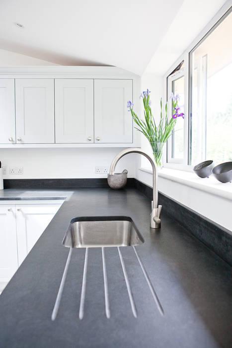 Honed black granite Modern kitchen by homify Modern