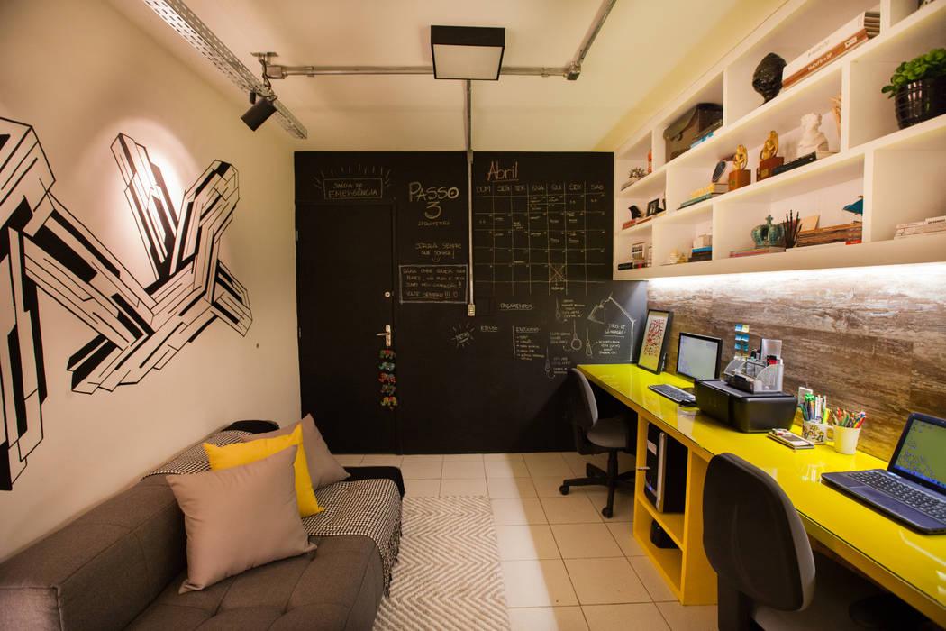 Ruang Studi/Kantor Gaya Industrial Oleh Passo3 Arquitetura Industrial