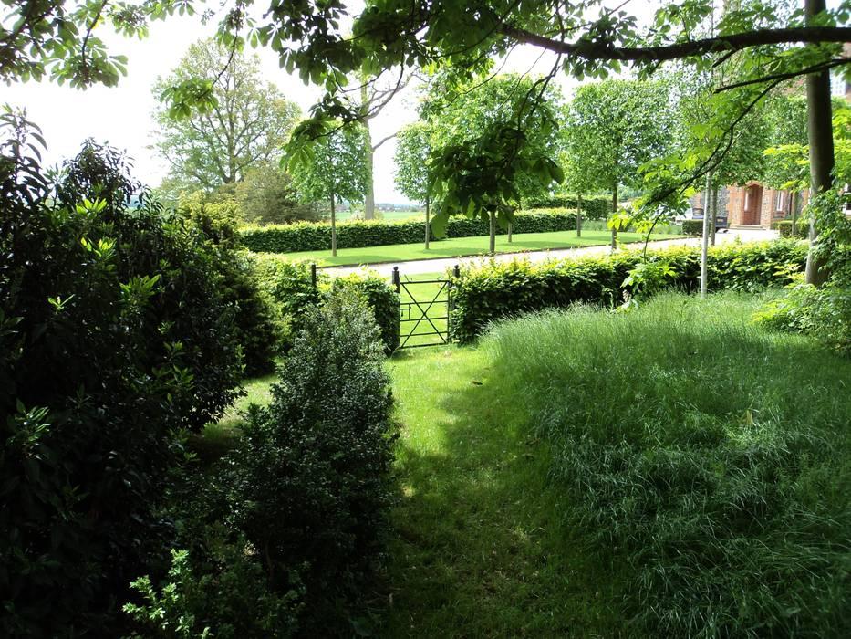 Garden gate:   by Deakinlock Garden Design