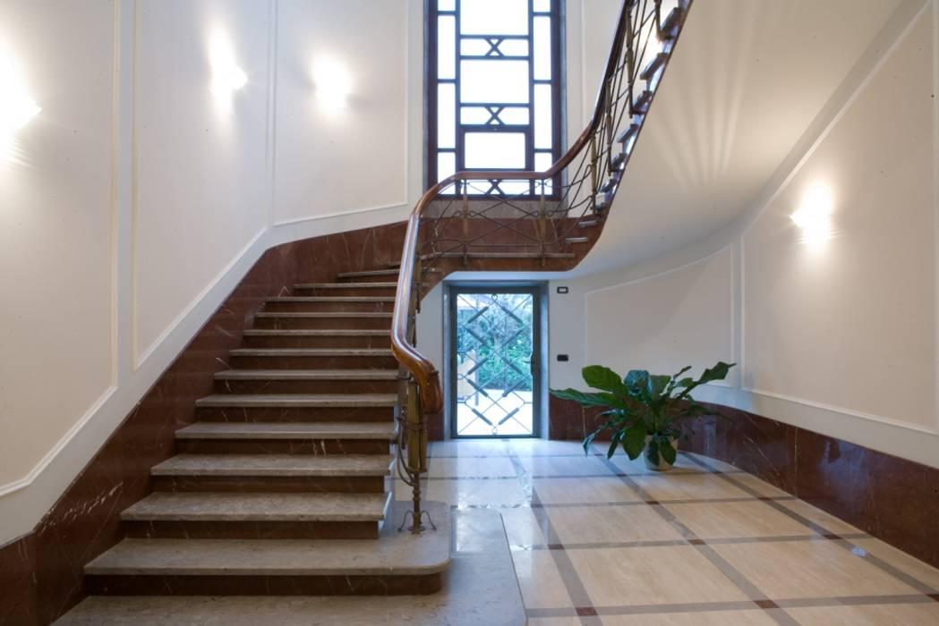ingresso condominiale: Case in stile in stile Classico di archbcstudio
