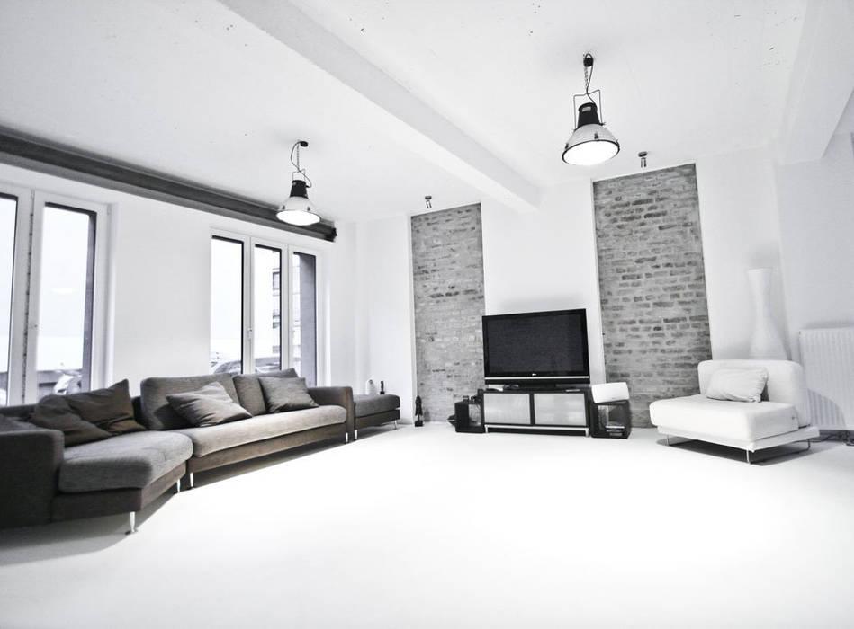 Гостиная в стиле лофт от SzturArchitekten GmbH Лофт
