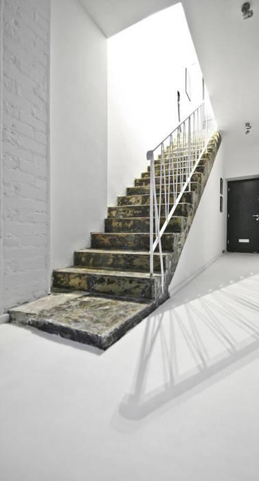 Pasillos, vestíbulos y escaleras industriales de SzturArchitekten GmbH Industrial