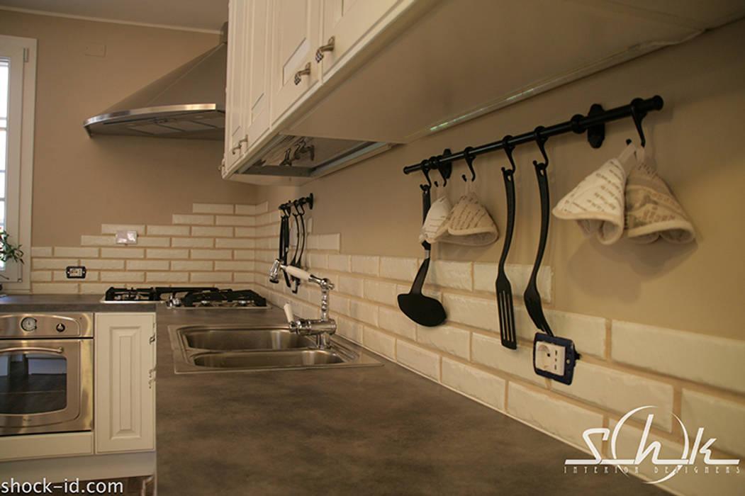 Cucina Country Chic: Cucina in stile in stile Classico di Shock-Id