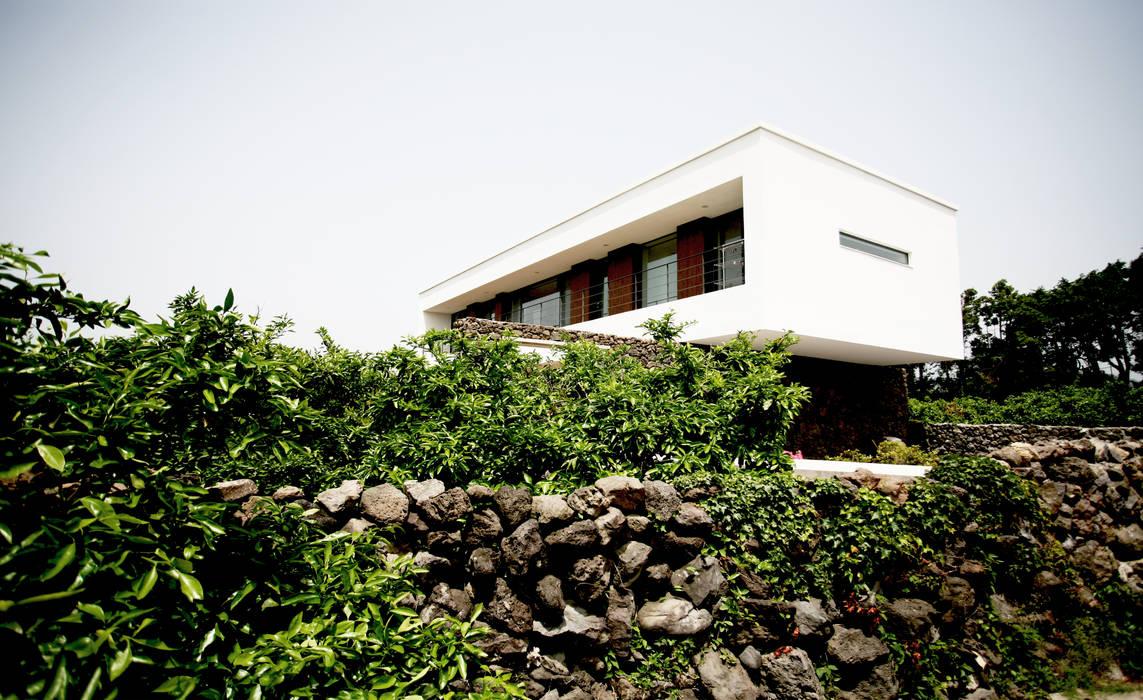 Stone Wall House  제주 돌담집: HBA-rchitects의  주택,