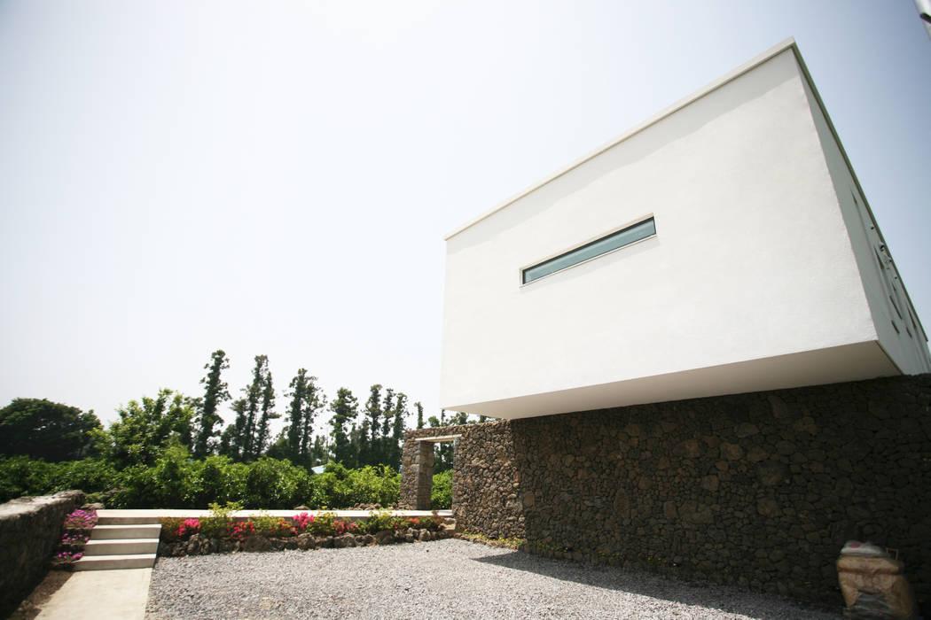 Stone Wall House  제주 돌담집: HBA-rchitects의  주택