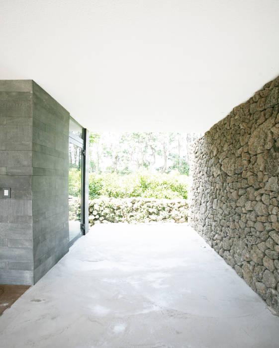 Stone Wall House 제주 돌담집 모던스타일 주택 by HBA-rchitects 모던