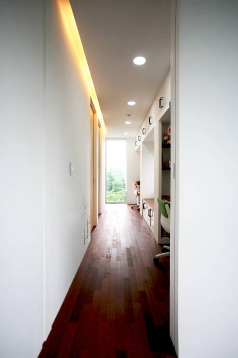 Stone Wall House 제주 돌담집 미니멀리스트 복도, 현관 & 계단 by HBA-rchitects 미니멀