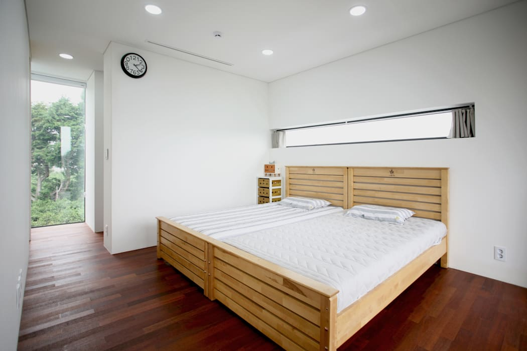 Stone Wall House  제주 돌담집: HBA-rchitects의  침실