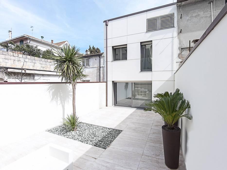 FACCIATA SU CORTE INTERNA Case moderne di Andrea Stortoni Architetto Moderno
