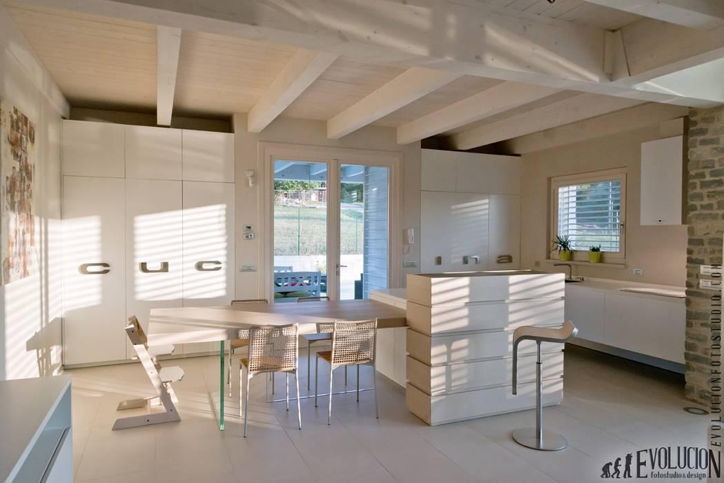 Luce Pietra Acqua: Sala da pranzo in stile  di studio aica progetti,