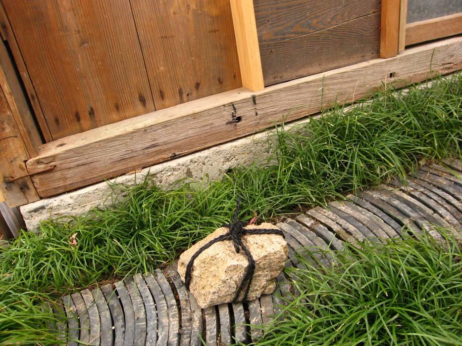 隠鶏庵: 高原正伸建築設計事務所 一級建築士事務所が手掛けた庭です。,