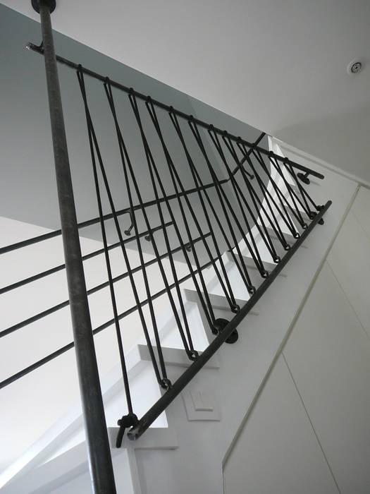 CRÉATION DE GARDE-CORPS EN ACIER ET SANDOWS: Escalier de style  par ATELIER MACHLINE