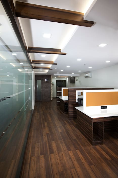 Facing towards the entrance.:  Commercial Spaces by Squaare Interior