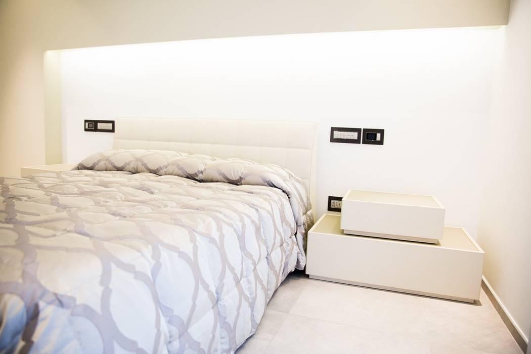 Ristrutturazione di un appartamento: Camera da letto in stile in stile Moderno di Geom. Stefano Feliziani