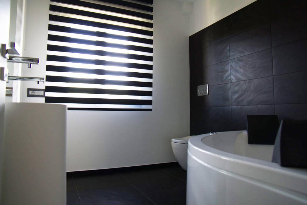 Ristrutturazione di un appartamento: Bagno in stile in stile Moderno di Geom. Stefano Feliziani