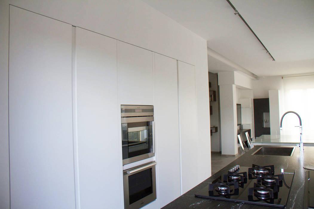 Ristrutturazione di un appartamento: Cucina in stile  di Geom. Stefano Feliziani