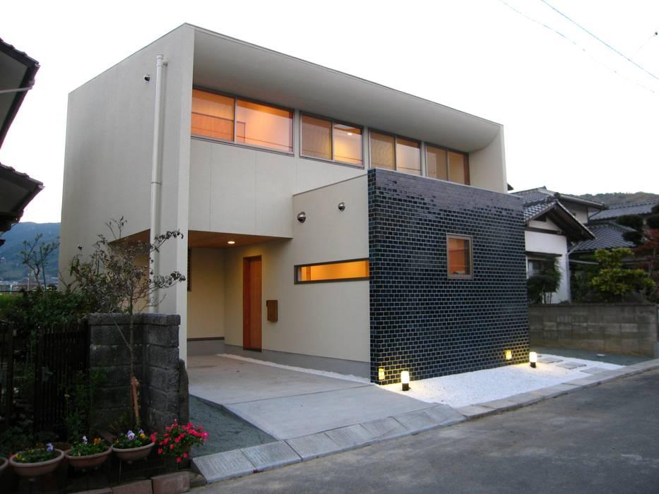 Casas modernas por 高原正伸建築設計事務所 一級建築士事務所 Moderno