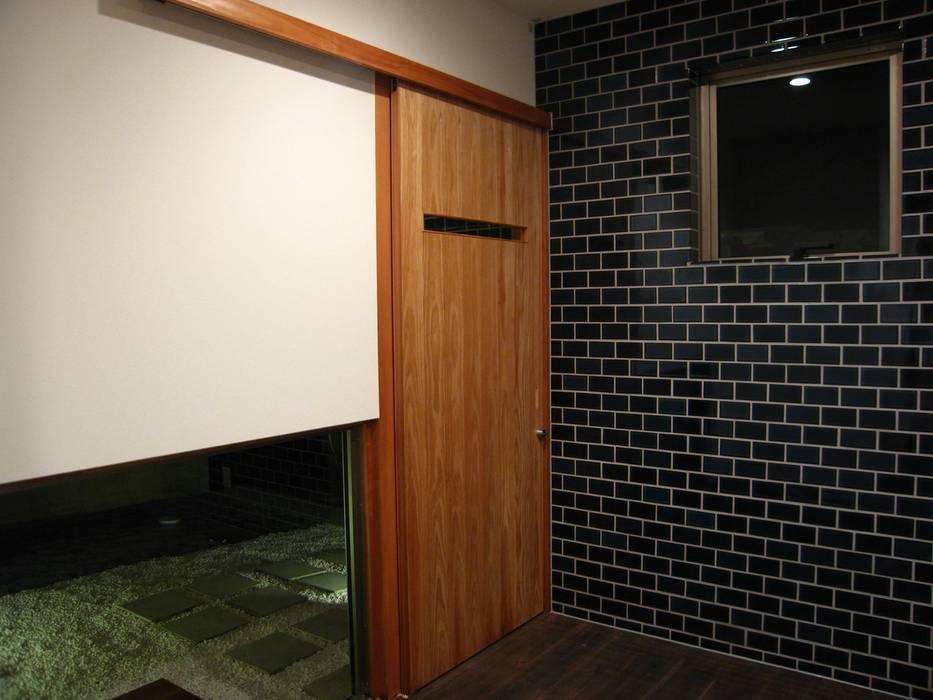 Salle multimédia moderne par 高原正伸建築設計事務所 一級建築士事務所 Moderne