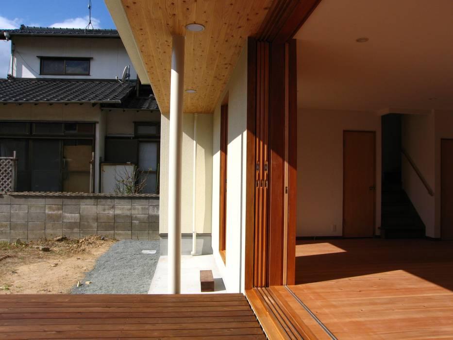 Balcones y terrazas de estilo moderno de 高原正伸建築設計事務所 一級建築士事務所 Moderno