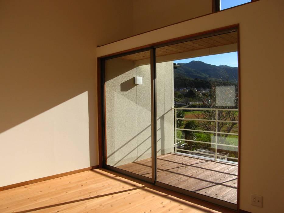 Chambre moderne par 高原正伸建築設計事務所 一級建築士事務所 Moderne