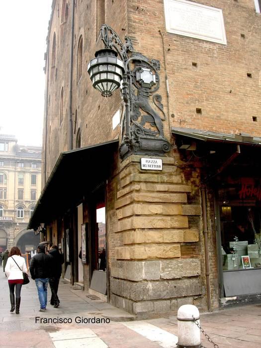 IDEAZIONE E REALIZZAZIONE RESTAURO LAMPIONE D'ANGOLO DI PALAZZO RE ENZO - BOLOGNA - VALORIZZAZIONE OPERA D'ARTE: Musei in stile  di Architetto Francisco Giordano
