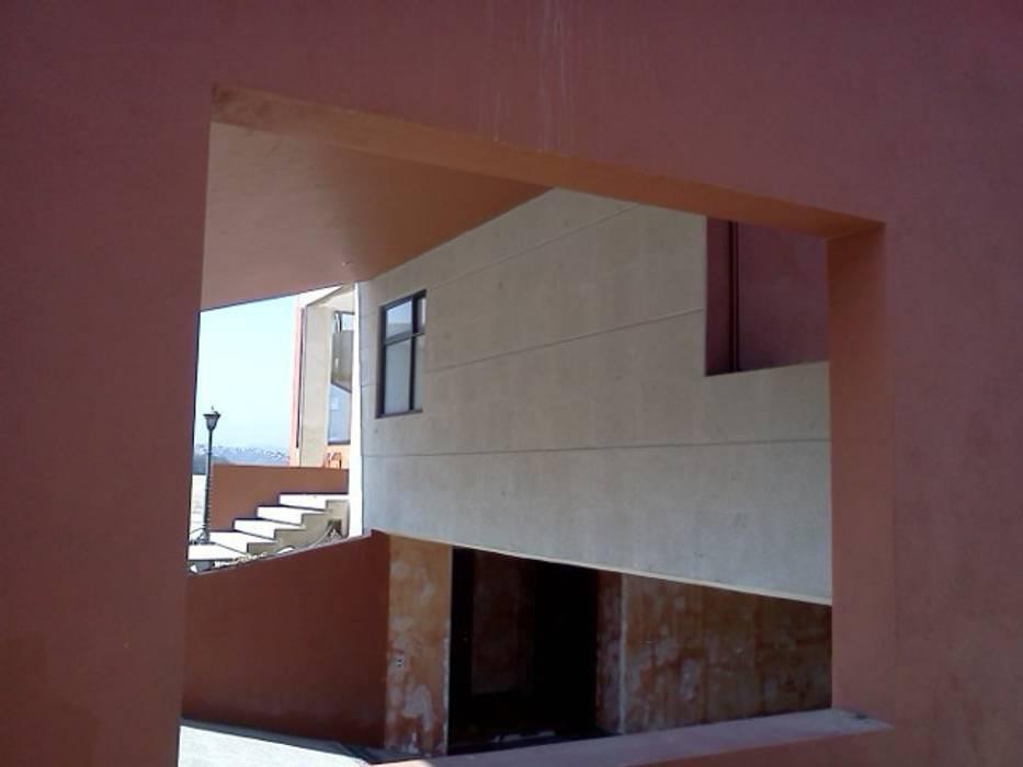 Cochera Garajes modernos de CESAR MONCADA SALAZAR (L2M ARQUITECTOS S DE RL DE CV) Moderno