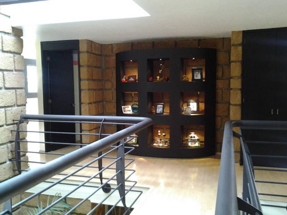 Hall Planta Alta Pasillos, vestíbulos y escaleras modernos de CESAR MONCADA SALAZAR (L2M ARQUITECTOS S DE RL DE CV) Moderno