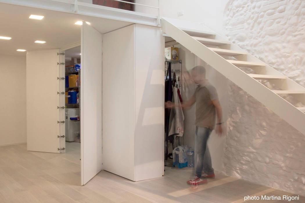 vano ripostiglio: Case in stile in stile Minimalista di moovdesign