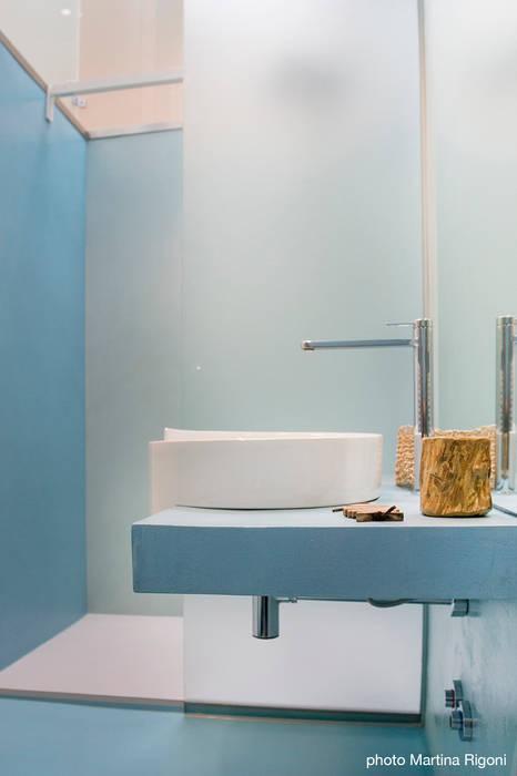 lavabo e doccia: Bagno in stile  di moovdesign