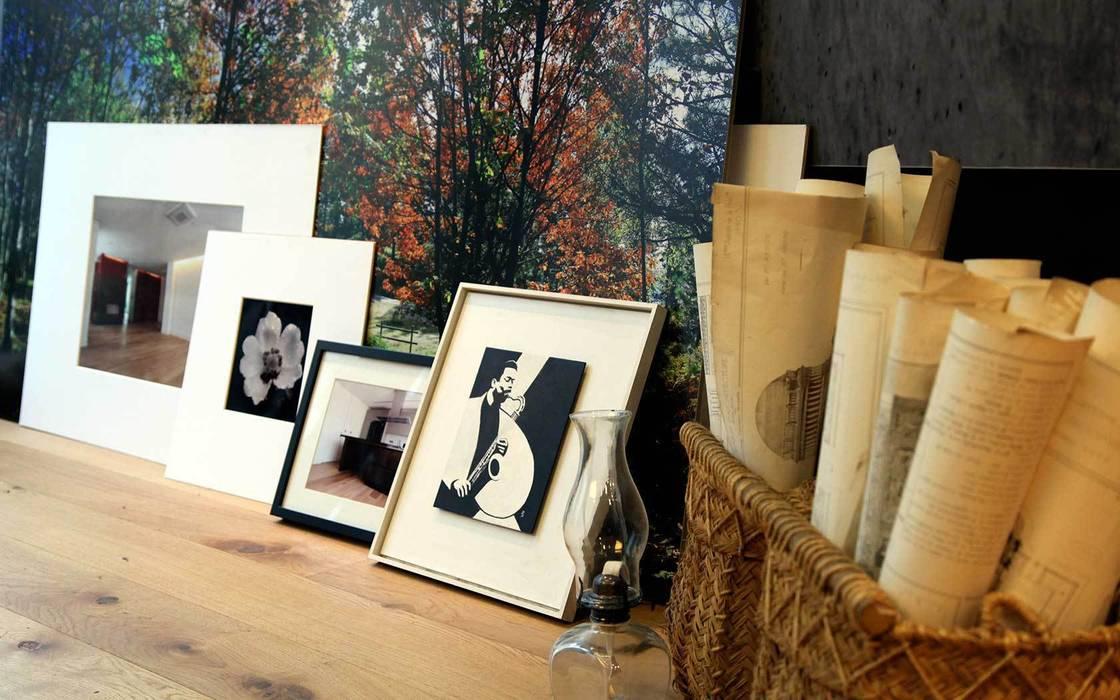 Detalle.: Estudios y despachos de estilo industrial de Interiorismo & Construcción.