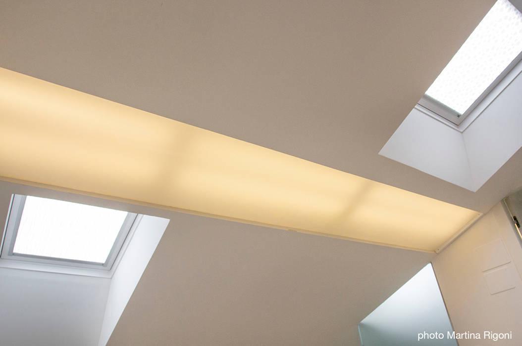 luce: Case in stile in stile Minimalista di moovdesign