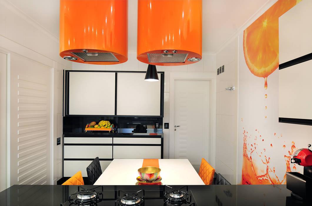 PROJETO IDENTIDADE BRASILEIRA - COZINHA: Armários e bancadas de cozinha  por Adriana Scartaris design e interiores