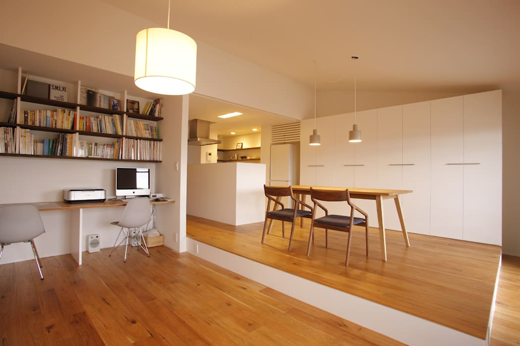 Livings de estilo minimalista de ニュートラル建築設計事務所 Minimalista