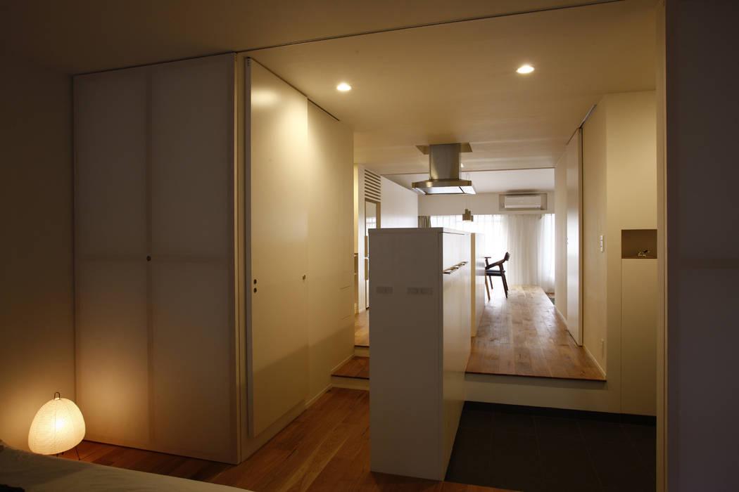 Minimalist corridor, hallway & stairs by ニュートラル建築設計事務所 Minimalist