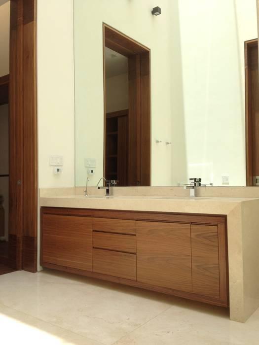 Casa en el Pedregal Baños de estilo moderno de Revah Arqs Moderno