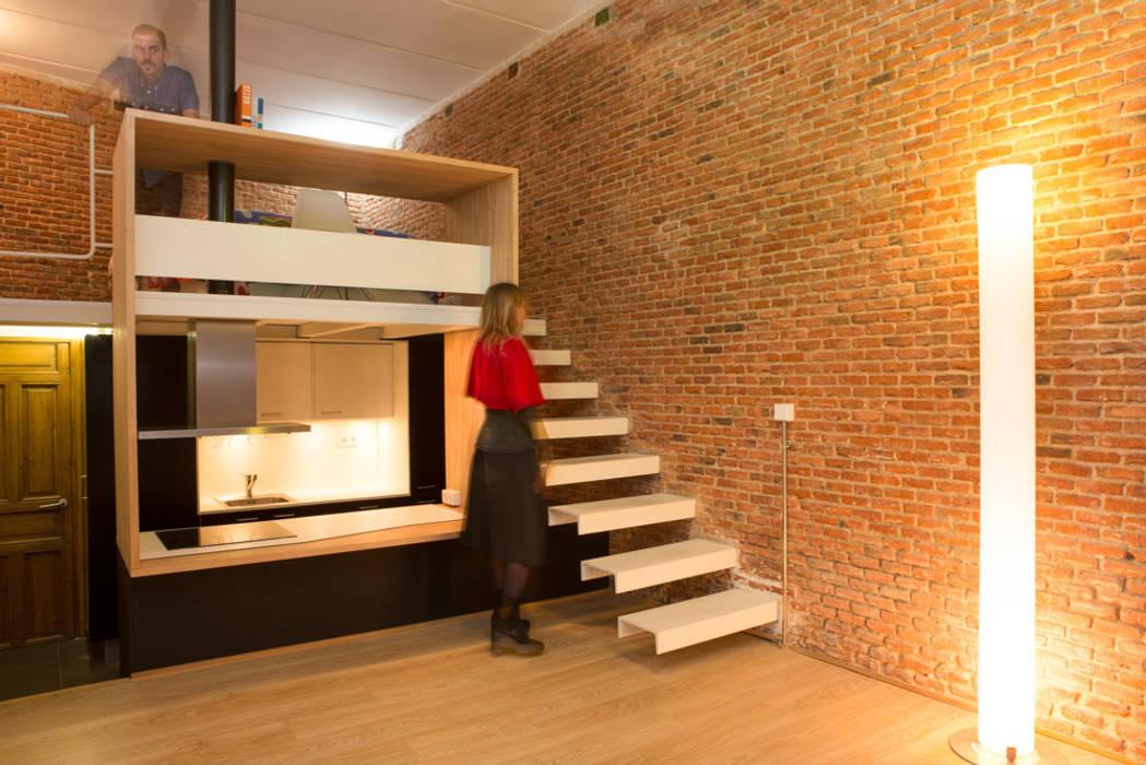 Loft ANDRÉS BORREGO. Madrid Pasillos, vestíbulos y escaleras de estilo minimalista de Beriot, Bernardini arquitectos Minimalista