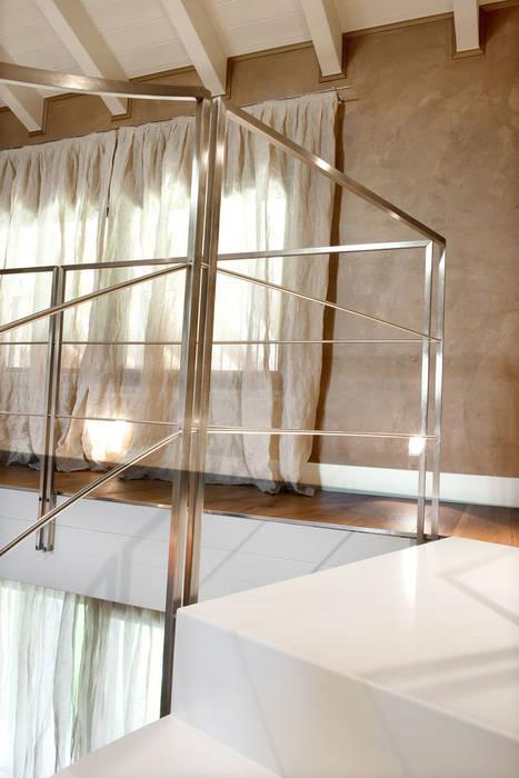 Scala: Case in stile in stile Moderno di SANTACROCEARCHITETTI