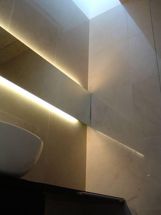 BAÑO PLANTA TERCERA CON LUCERNARIO SUPERIOR Baños de estilo minimalista de NUÑO ARQUITECTURA Minimalista Piedra