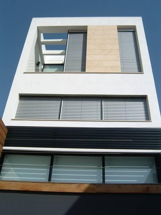 FACHADA POSTERIOR A PATIO NUÑO ARQUITECTURA Casas de estilo minimalista Blanco