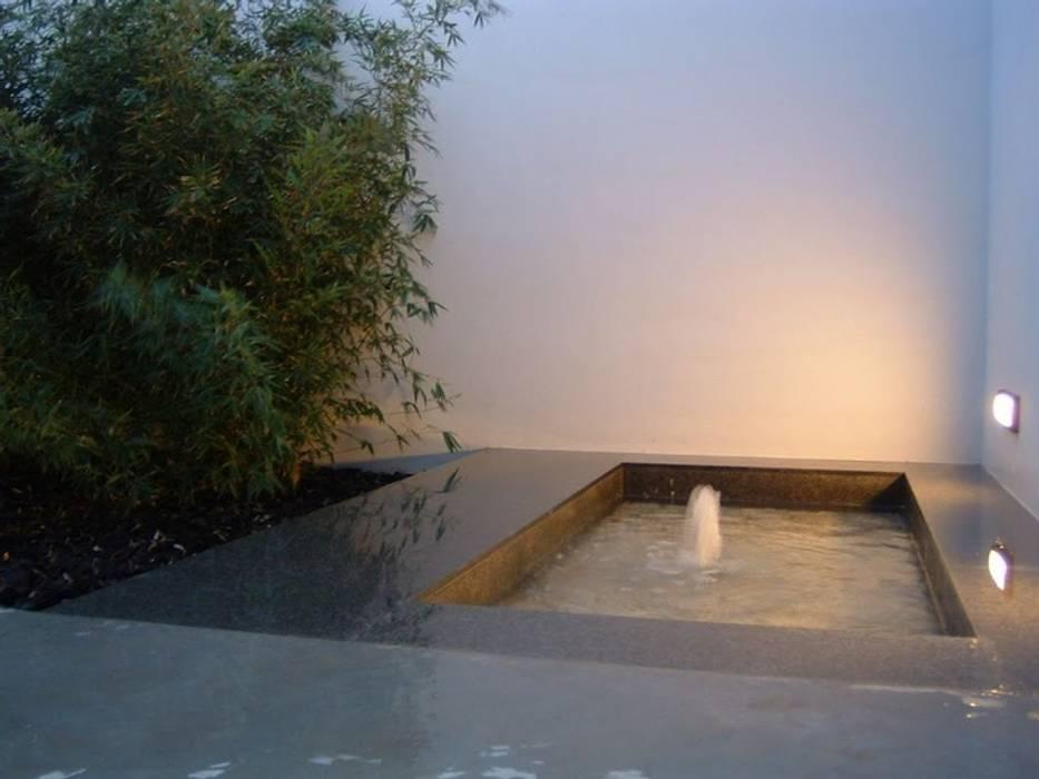 FUENTE PATIO PLANTA BAJA Jardines de estilo minimalista de NUÑO ARQUITECTURA Minimalista Piedra