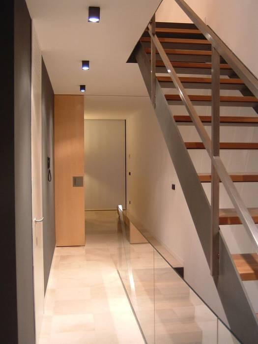 PASILLO PLANTA PRIMERA Pasillos, vestíbulos y escaleras de estilo minimalista de NUÑO ARQUITECTURA Minimalista Madera Acabado en madera