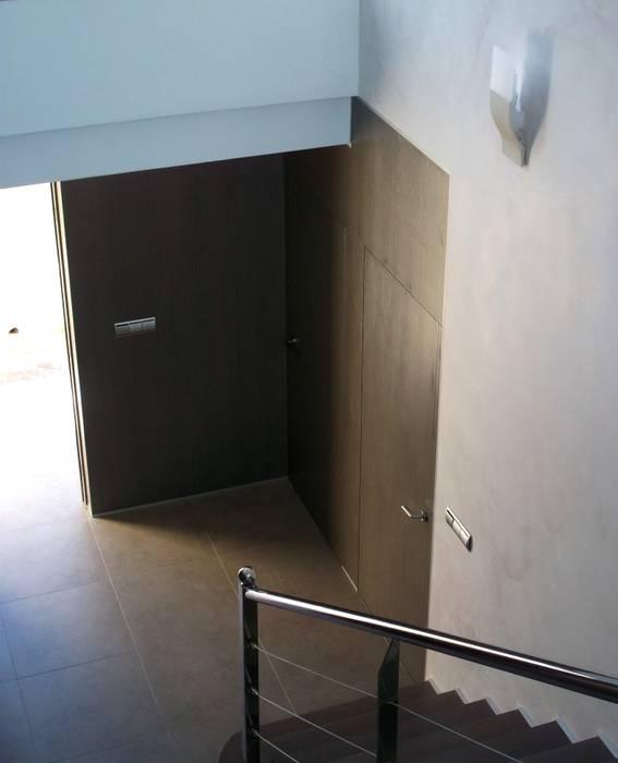 ACCESO VIVIENDA Pasillos, vestíbulos y escaleras de estilo moderno de NUÑO ARQUITECTURA Moderno